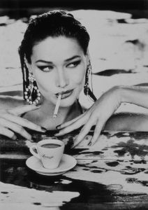 Carla bruni photographie par Elle  Von Unwerth pour le calendrier Lavazza 1995