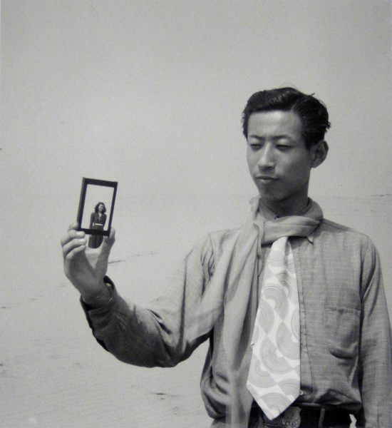 Shoji Ueda, Portrait sur les dunes, vers 1950 © Shoji Ueda Office. Collection MEP, Paris. Don de la société Dai Nippon Printing Co., Ltd.